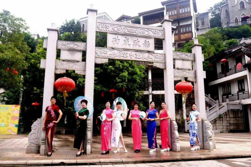 马尾:区老年大学开设旗袍时装秀课程